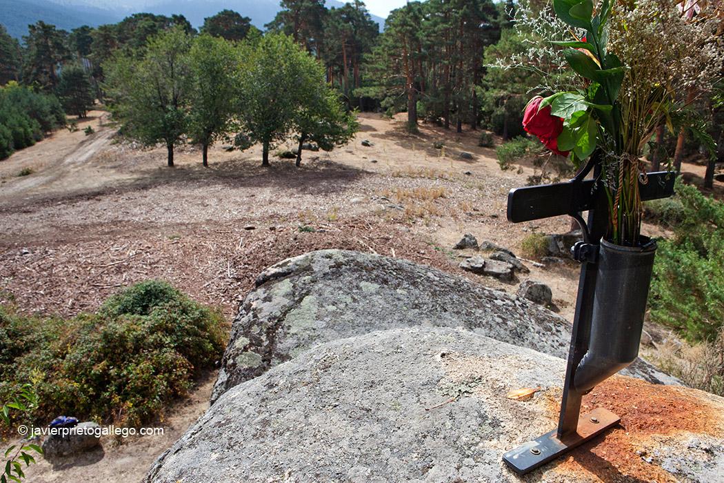 La Cueva del Monje preside una amplia pradera en la que crecen cuatro guindons. Bosques de Valsaín. Segovia. Castilla y León. España © Javier Prieto Gallego;