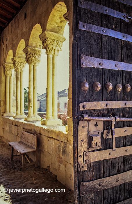 Galería porticada de la iglesia de Sotosalbos. Segovia. Castilla y León. España. © Javier Prieto Gallego