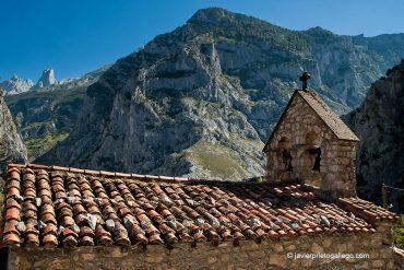 Tejado de la iglesia de Camarmeña con el Naranjo de Bulnes al fondo. Picos de Europa. Asturias. España. © Javier Prieto Gallego;