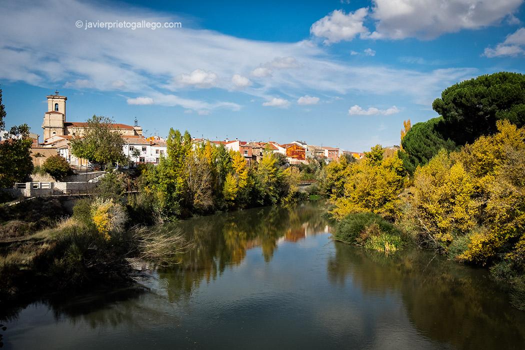 Localidad de Pesquera de Duero desde la pasarela que salva el río Duero en el sendero GR.14. Ribera del Duero. Valladolid. Castilla y León. España © Javier Prieto Gallego;