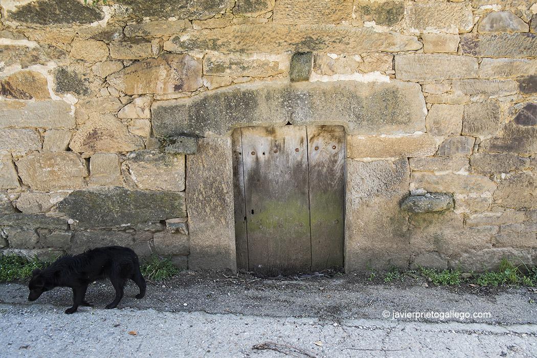 """Puerta del caserón conocido como """"casa del escritor"""", en la localidad sanabresa de Cervantes. Comarca de Sanabria. Zamora. Castilla y León. España ©Javier Prieto Gallego"""