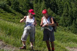 Senderistas veteranos consultan el mapa en una ruta de senderismo © Javier Prieto Gallego