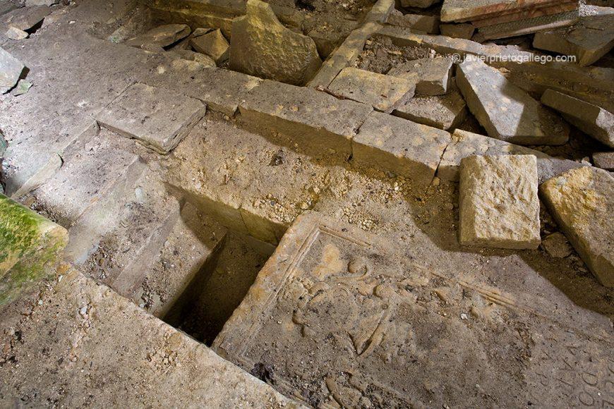 Entrada a la cripta bajo el altar. Santa María de Rioseco.Burgos.Castilla y León. España 2008 © Javier Prieto Gallego