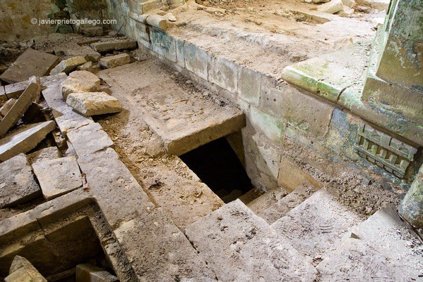 Entrada a la cripta bajo el altar. Santa María de Rioseco. Burgos.Castilla y León. España 2008 © Javier Prieto Gallego