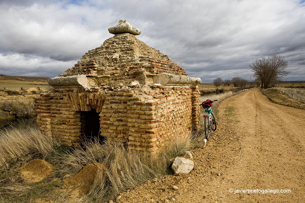 Caseta de riego medio arruinada junto al Canal de Castilla. Ramal de Campos. Palencia. Castilla y León. España © Javier Prieto Galleg