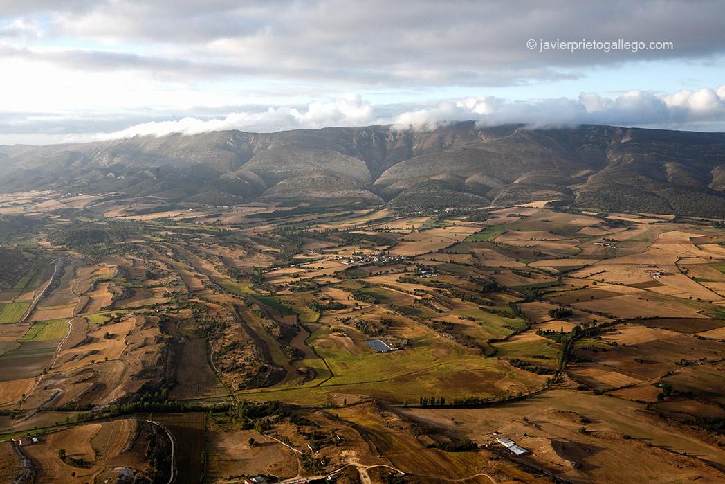 La Sierra de Tesla a 300 metros de altura desde el globo Nature que sobrevuela el valle de Medina de Pomar. Burgos. Las Merindades. Castilla y León. España. © Javier Prieto Gallego