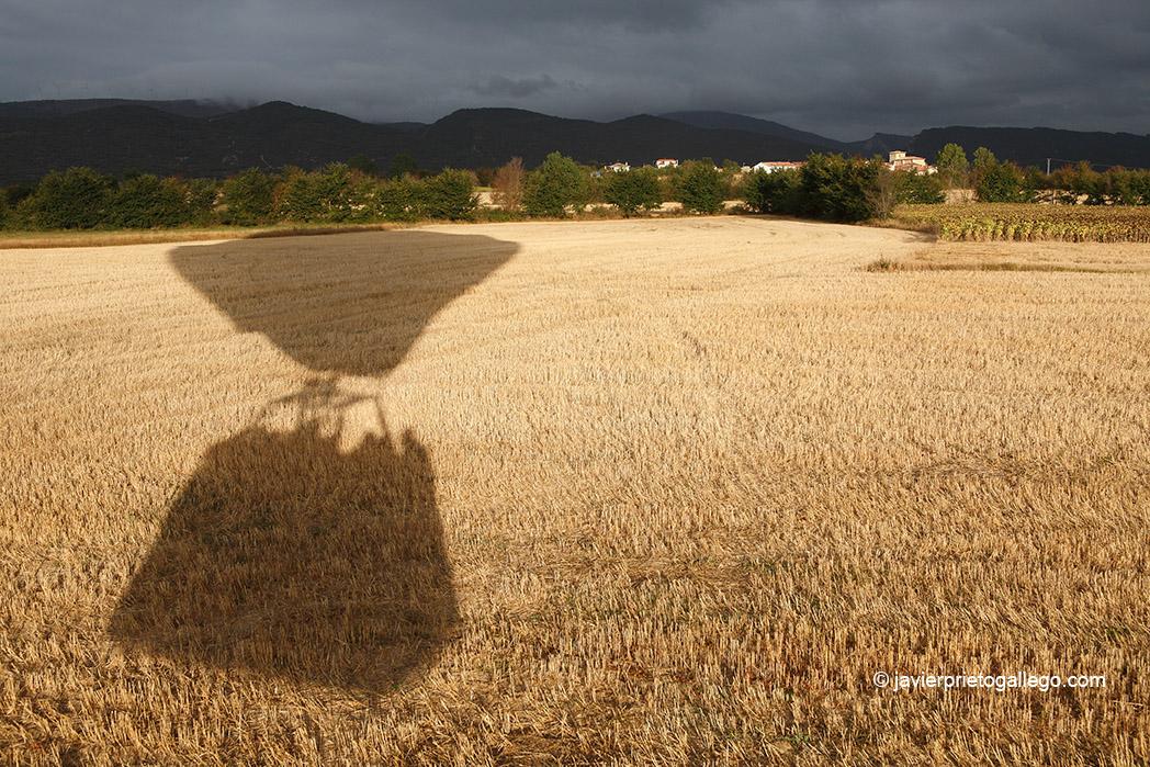 Momento del aterrizaje sobre un campo en barbecho. Vuelo en globo. Medina de Pomar. Castilla y León. España. © Javier Prieto Gallego