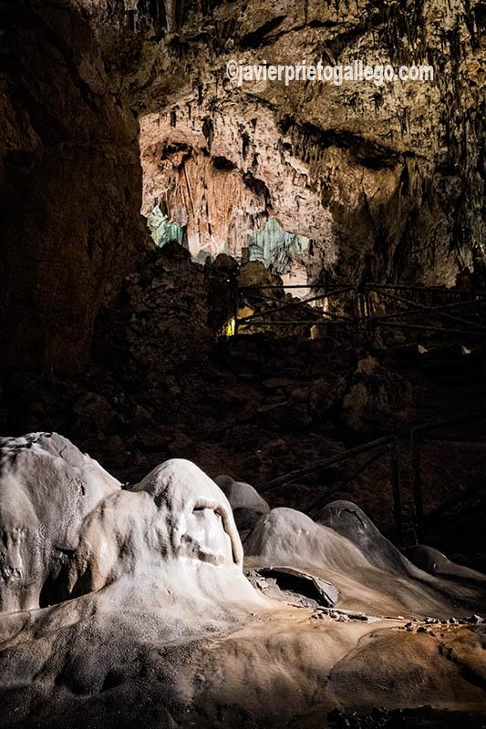 El juego de luces y sombras ayudan a destacar la fiigura de El Fantasma, en el interior Cueva de Valporquero. León. Castilla y León. España. © Javier Prieto Gallego