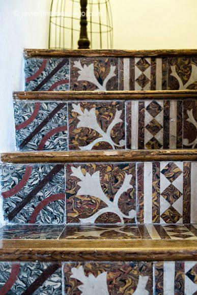 """Detalle de decoración. Un rincón de la escalera de la casa rural """"Vega del Duero"""". Roturas. Valladolid. Ribera del Duero. Castilla y León. España. © Javier Prieto Gallego"""