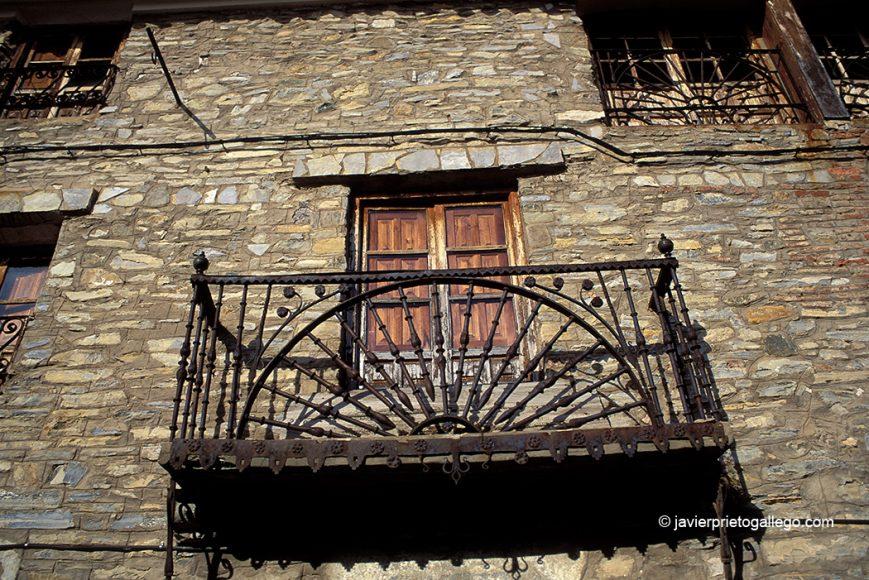 Balcón en la calle Mayor de Yanguas. Localidad de Yanguas. Soria. Castilla y León. España. © Javier Prieto Gallego