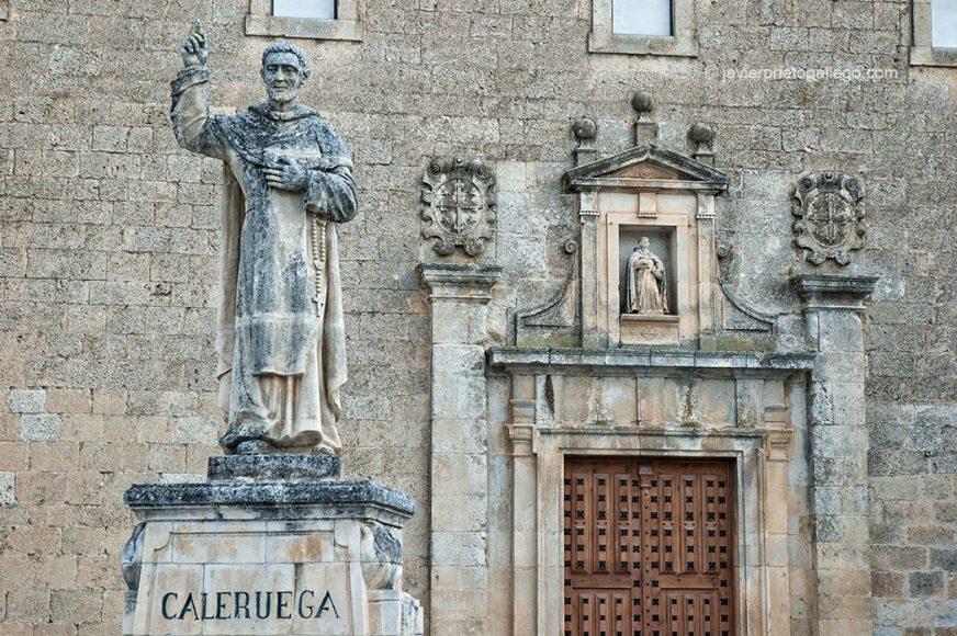 Puerta norte. Real Monasterio de Santo Domingo de Caleruega. Senda de las Loberas. Caleruega. Burgos. Castilla y León España © Javier Prieto Gallego;