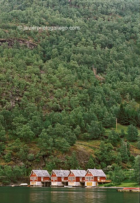 Atardece en el muelle de la localidad de Flåm, en el fondo de del fiordo de Aurland.Alojamientos Fretheim Fjordhytter. Fiordos noruegos. Noruega. © Javier Prieto Gallego