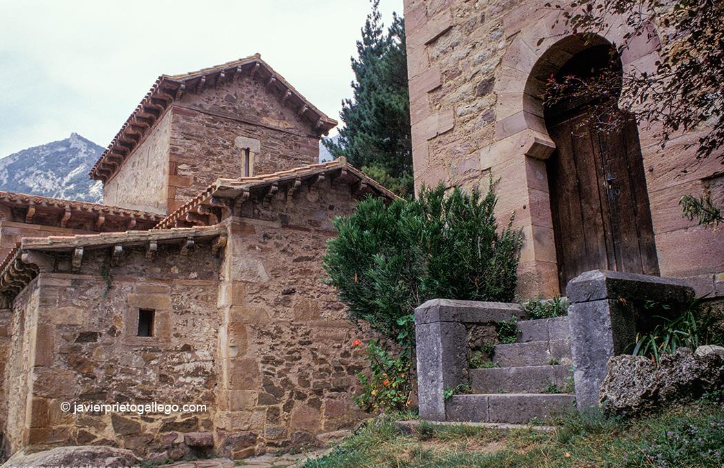 Iglesia de Santa María de Lebeña, el principal monumento prerrománico de Cantabria. Siglo X. Lebeña. Cantabria. España. © Javier Prieto Gallego;