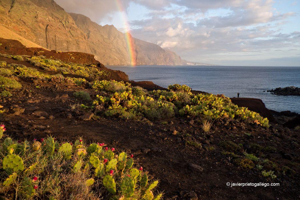 Arco iris y acantilados de Los Gigantes desde la Punta de Teno al atardecer.Tenerife. Islas Canarias. España © Javier Prieto Gallego