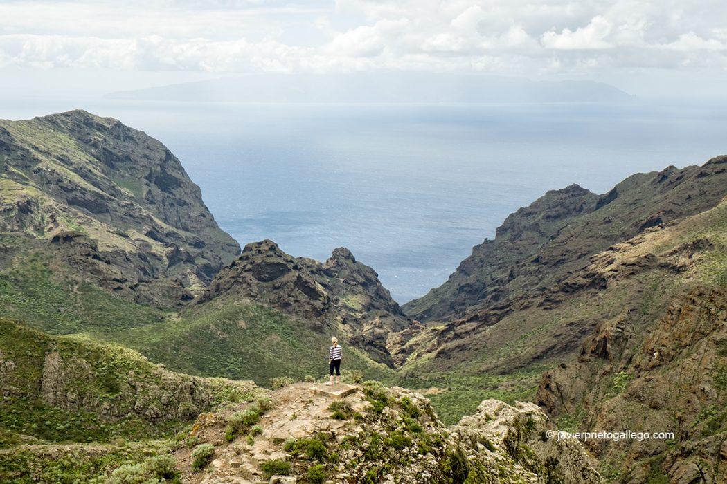 Mirador de El Roque con la isla de la Gomera al fondo, en la carretera de Masca hacia Buenavista del Norte.Tenerife. Islas Canarias. España © Javier Prieto Gallego