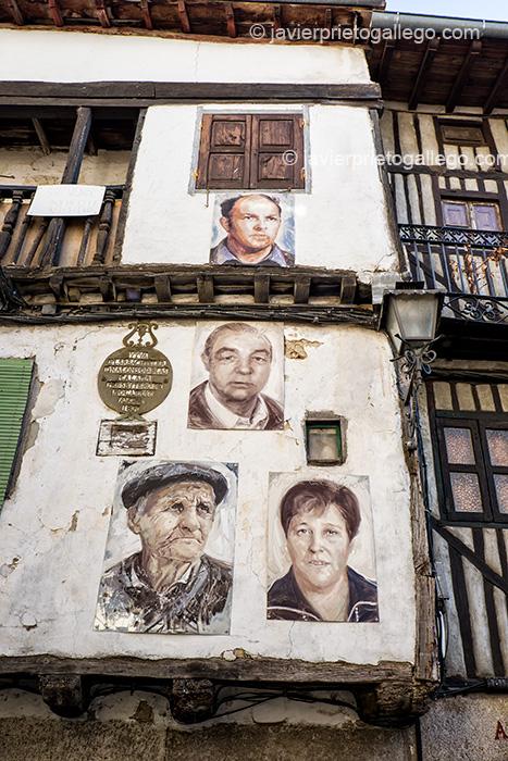 Retratos pertenecientes a la exposición Retrata2-388 y fachadas con entramados de madera. Mogarraz. Sierra de Francia. Salamanca. Castilla y León. España © Javier Prieto Gallego