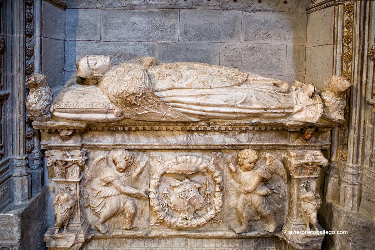 Sepulcro en alabastro del doctor Castrejón. Iglesia de San Miguel. Ágreda. Soria. Castilla y León. España. © Javier Prieto Gallego
