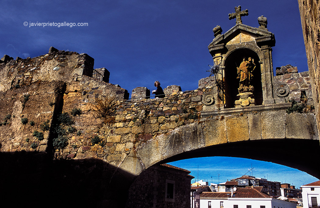 Arco de la Estrella. Casco histórico. Plaza Mayor de Cáceres. Extremadura. España © Javier Prieto Gallego