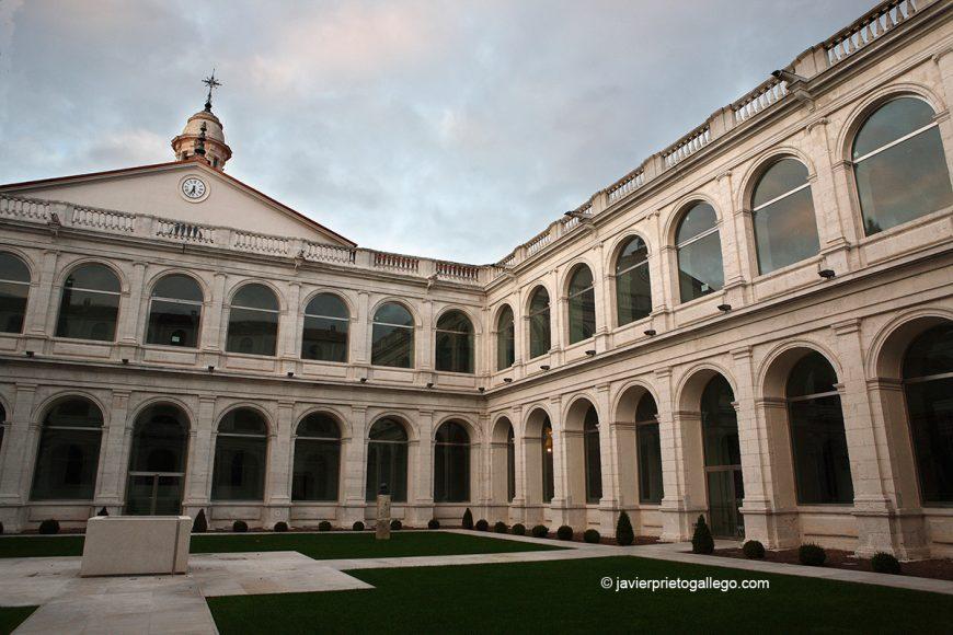 Claustro neoclásico del Real Convento de San Agustín. Valladolid. Castilla y León. España © Javier Prieto Gallego