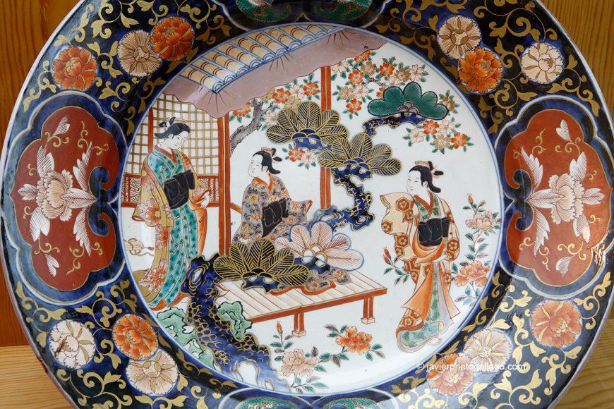 Fuente circular con geisha. época Edo XVII-XIX. Museo Oriental. Valladolid. Castilla y León. España © Javier Prieto Gallego
