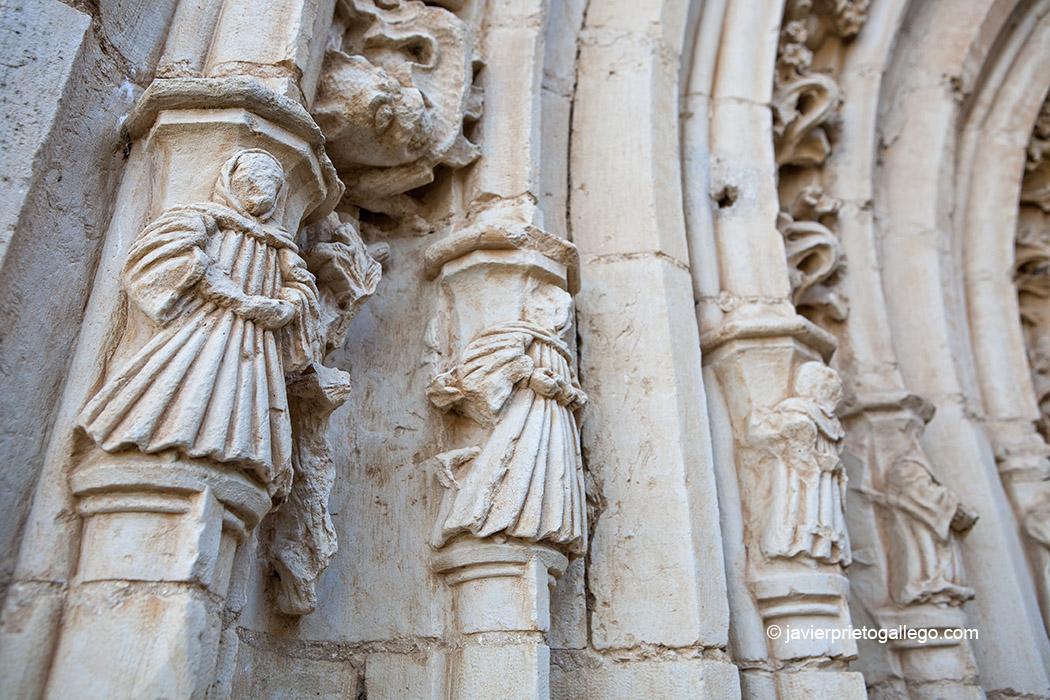 Capiteles decorados con frailes en la portada gótica del hastial. Monasterio de Santa María de Sandoval. Siglo XII. León. Castilla y León. España © Javier Prieto Gallego