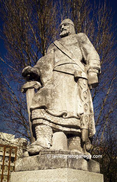 Estatua de Alvar Fáñez -sobrino del Cid-. Una de las estatuas con motivos cidianos del puente de San Pablo. Camino del Cid. Burgos. España.
