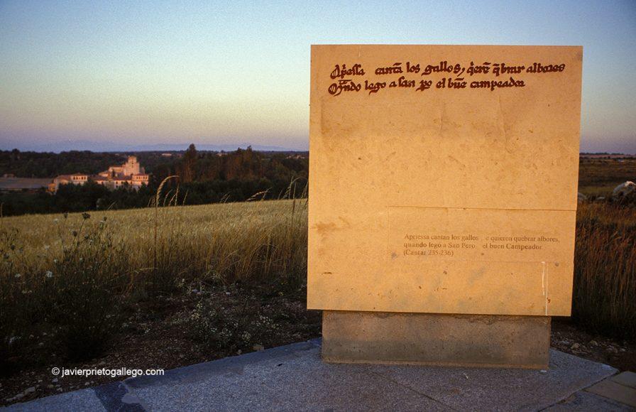 Hito con versos del Cantar del Mio Cid. Mirador con San Pedro del Cardeña al fondo. Burgos. España.