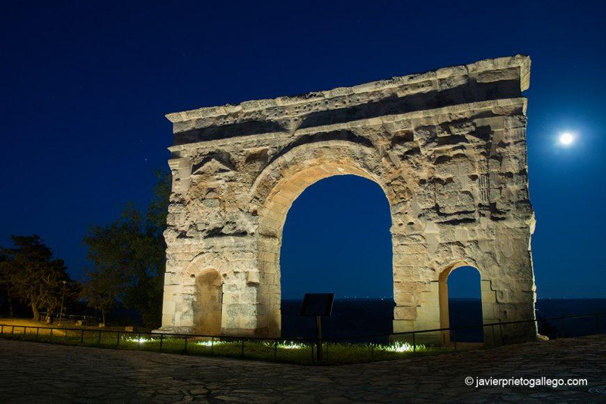 Arco romano de Medinaceli con la luna llena detrás. Siglo I. Soria. Castilla y León. España. © Javier Prieto Gallego