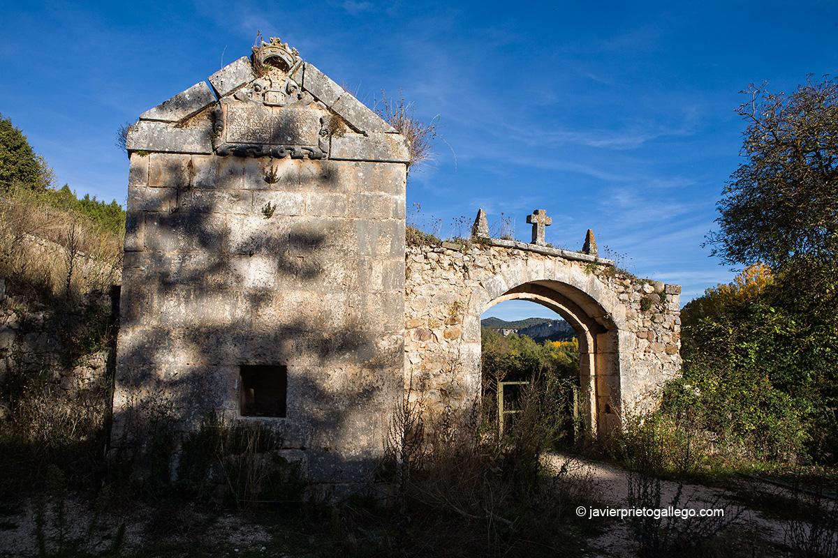 Entrada al monasterio benedictino de San Pedro de Arlanza en medio de los sabinares del Arlanza. Burgos. Castilla y León. España. © Javier Prieto Gallego