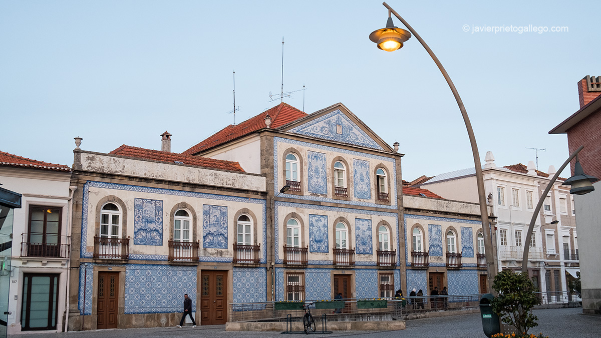 Edificio azulejado en la plaza Marqués de Pombal. Aveiro. Portugal © Javier Prieto Gallego