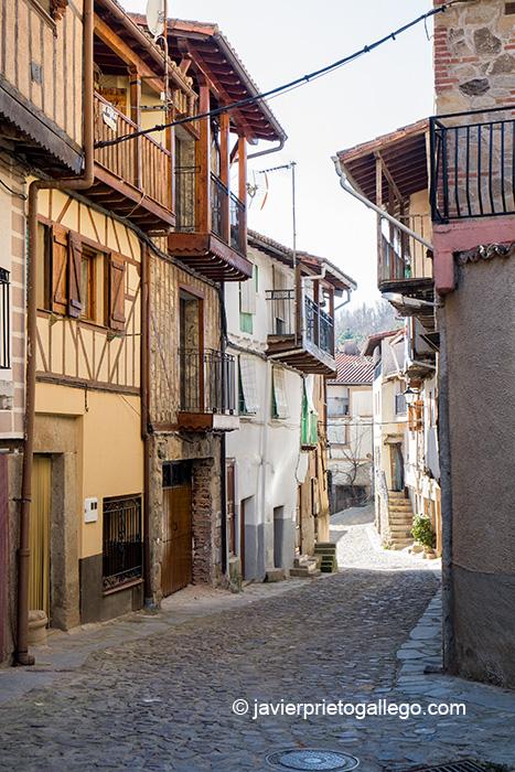 Arquitectura tradicional en una calle de Villanueva del Conde. Sierra de Francia. Salamanca. Castilla y León. España © Javier Prieto Gallego