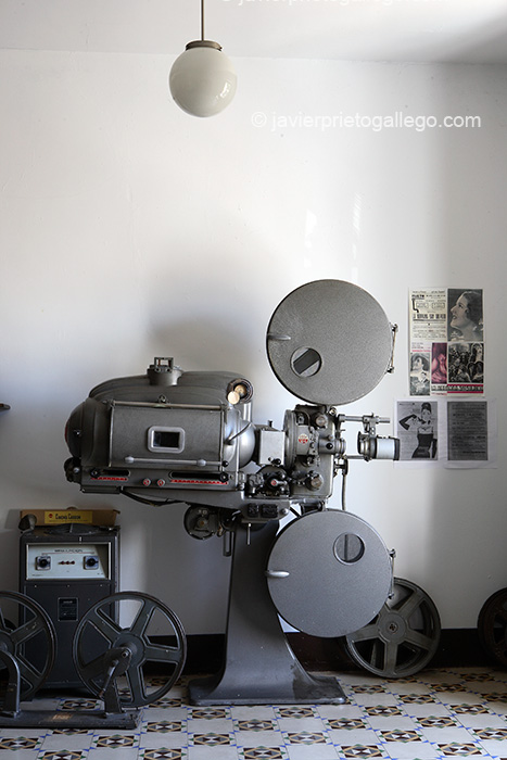Antiguo modelo de proyector cinematográfico .Museo etnográfico de Don Benito. Localidad de Don Benito. Comarca de Vegas Altas. Badajoz. Extremadura. España.