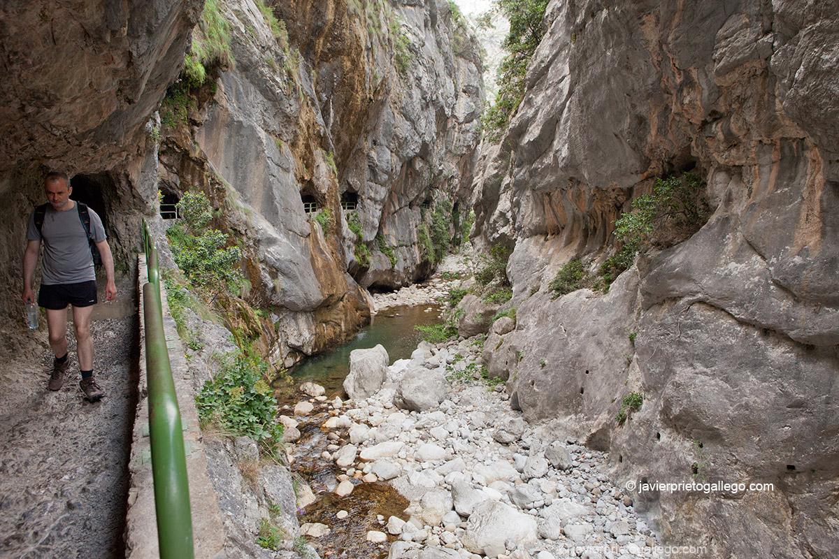 Túneles excavados en la roca, en el inicio del desfiladero del Cares. Localidad de Caín. Parque Nacional de los Picos de Europa. León. Castilla y León. España. © Javier Prieto Gallego