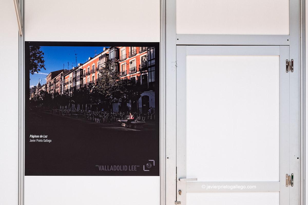 """Exposición de fotos pertenecientes al concurso de fotografías """"Valladolid lee"""", en las casetas de la Feria del Libro de Valladolid. Castilla y León. España © Javier Prieto Gallego;"""