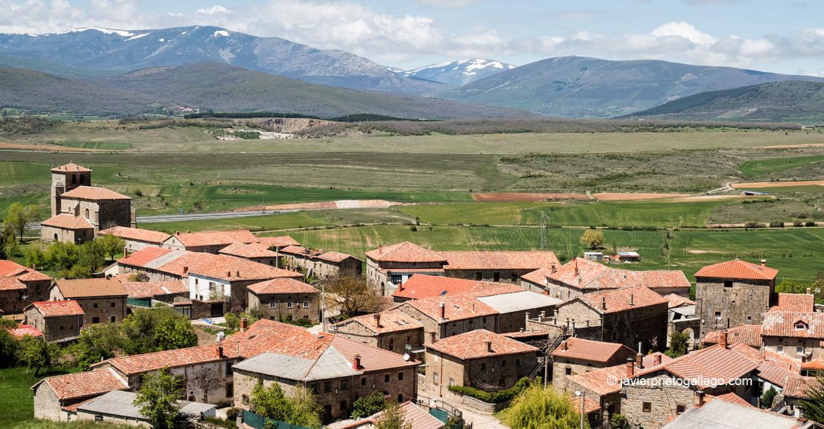 Vista panorámica de la localidad de Villanueva de Henares con la Montaña Palentina de fondo. Palencia. Castilla y León. España © Javier Prieto Gallego;