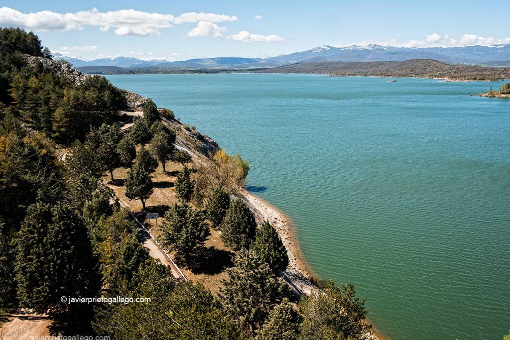 El embalse de Aguilar de Campoo desde el mirador que hay sobre la presa. Montaña Palentina. Palencia. Castilla y León. España © Javier Prieto Gallego;