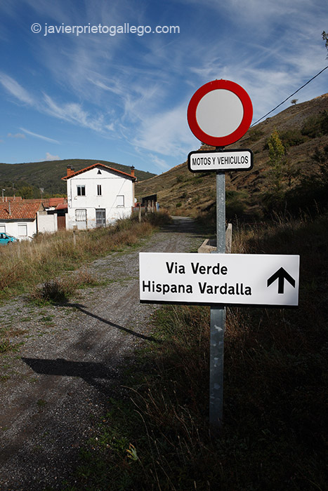 Inicio de la ruta de la Vía Bardaya en Matallana de Torío. Ribera del río Torío. Comarca del alto Torío. León. Castilla y León. España. © Javier Prieto Gallego