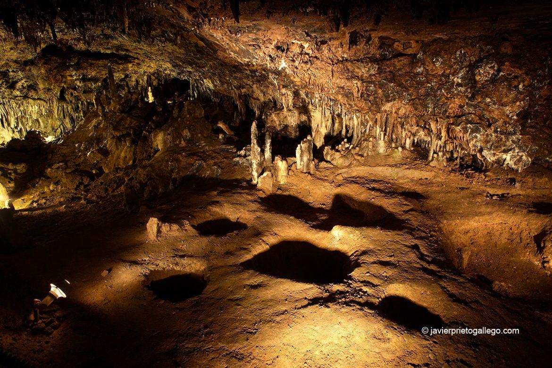 Sala de los Enterramientos. Los huecos en el suelo servían para enterrar los cuerpos. Cueva de los Enebralejos. Segovia. Castilla y León. España © Javier Prieto Gallego