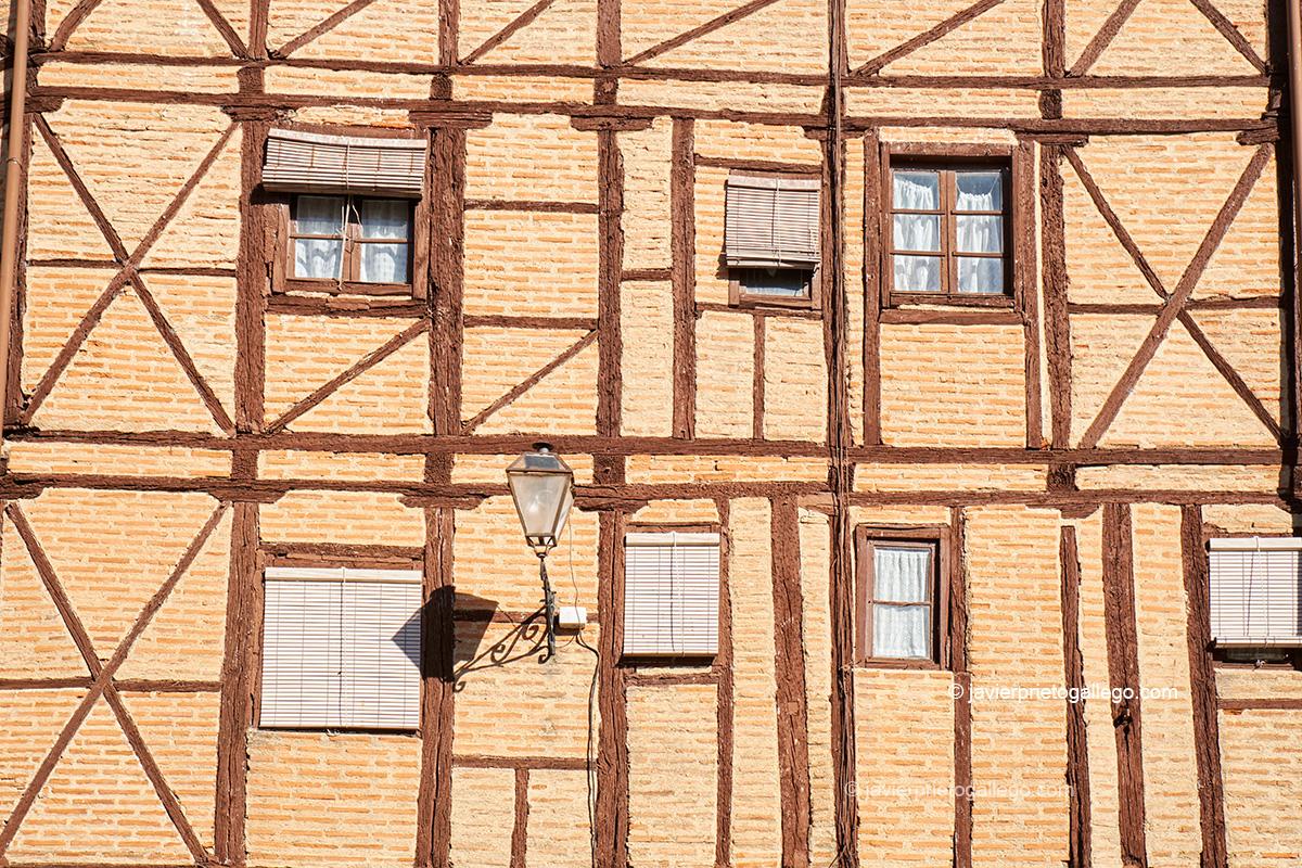 Arquitectura tradicional de ladrillo y entramados de madera en el entorno de la plaza Mayor de Toro. Castilla y León. España © Javier Prieto Gallego