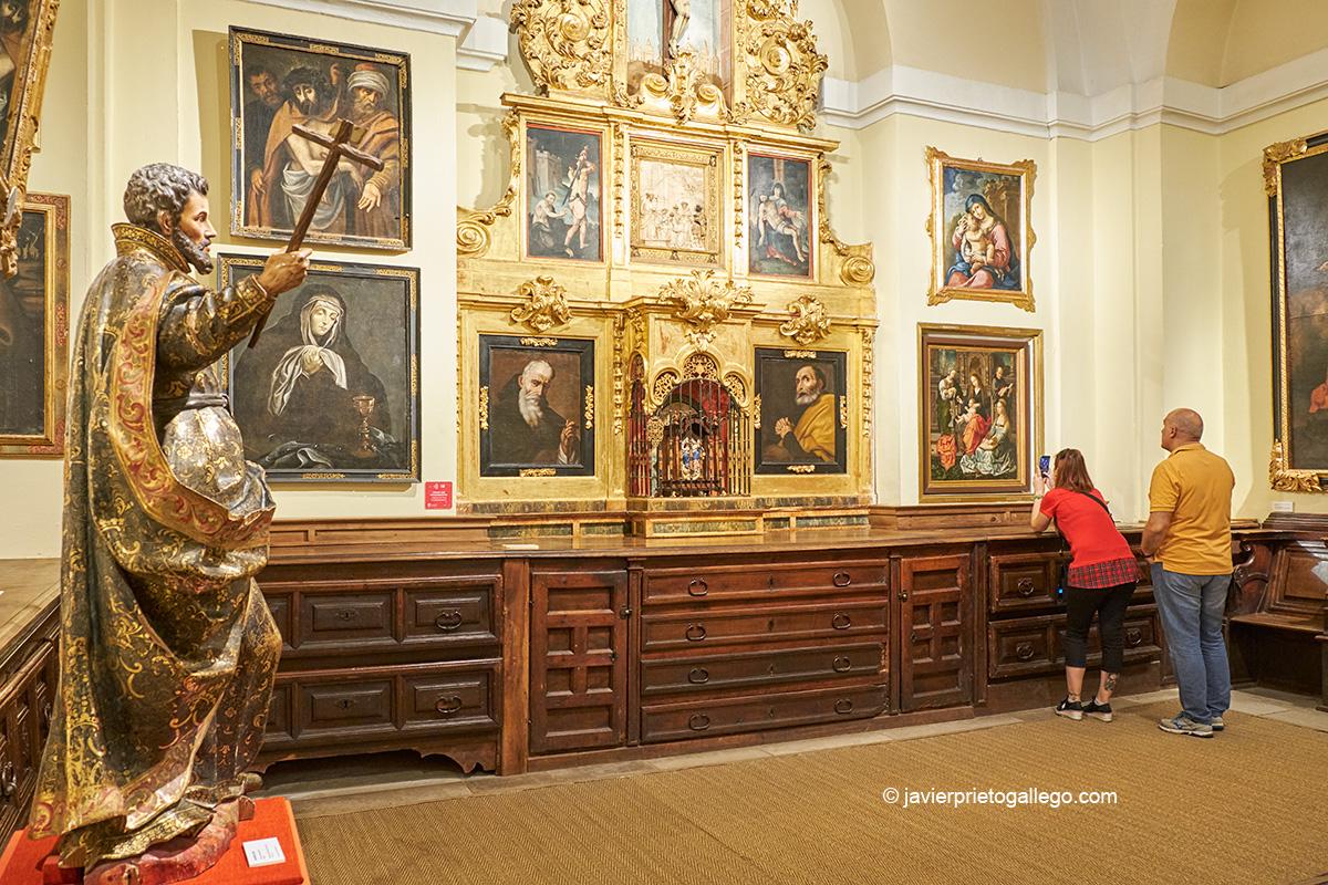 Dos visitantes contemplan el cuadro La Virgen de la Mosca. Sacristía de la Colegiata de Toro. Castilla y León. España © Javier Prieto Gallego