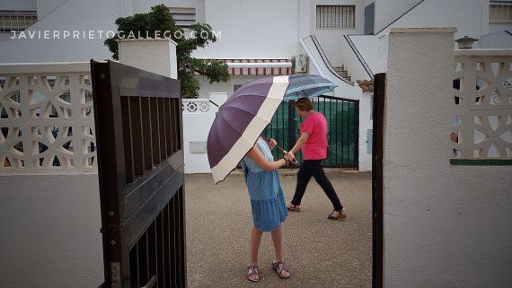 Gente con paraguas en una calle de Peñíscola. Castellón. Comunidad Valenciana. España. © Javier Prieto Gallego