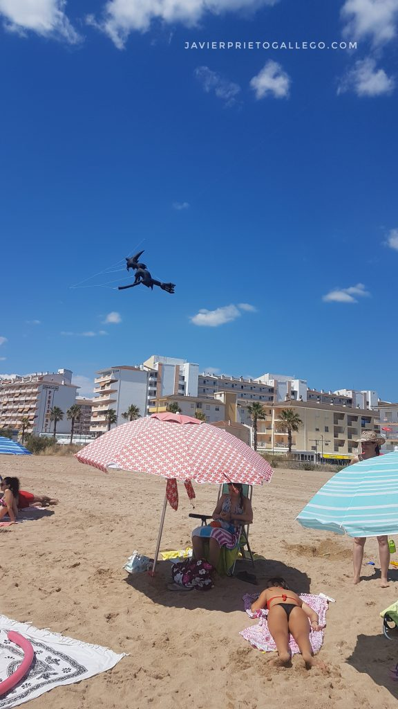 ometa hinchable con forma de bruja en la playa de Peñíscola. Castellón. Comunidad Valenciana. España. © Javier Prieto Gallego