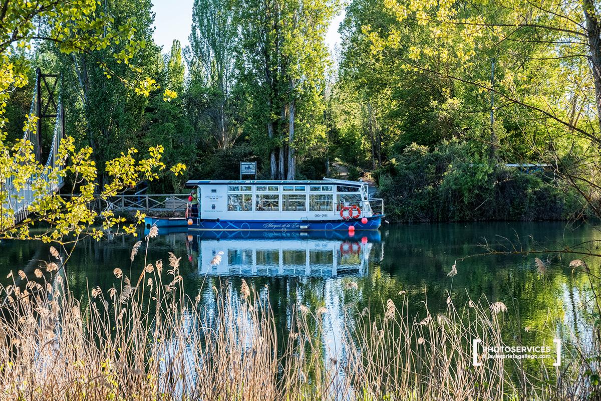 Barco El Marqués de la Ensenada navega por el Canal de Castilla cerca de Herrera de Pisuerga. Palencia. Castilla y León. España © Javier Prieto Gallego;
