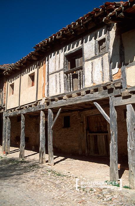 Arquitectura tradicional en la calle Real de Calatañazor. Soria. Castilla y León. España © Javier Prieto Gallego
