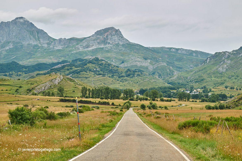 Montañas y pastos en la carretera a San Emiliano. A la izquierda de la imagen Peña Ubiña (2.417 m.) y la Ubiña Pequeña (2.197 m.). Babia. León. Castilla y León. España © Javier Prieto Gallego;