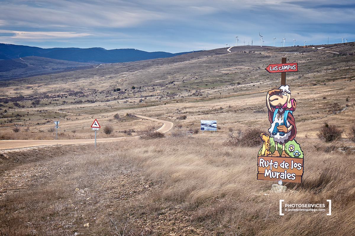 Cartel del inicio de la ruta de los Murales en la carretera hacia Santa Cruz de Yanguas, en lo alto de la Sierra de  Alba, muy cerca del nacimiento del río Cidacos. Soria. Castilla y León. España. © Javier Prieto Gallego