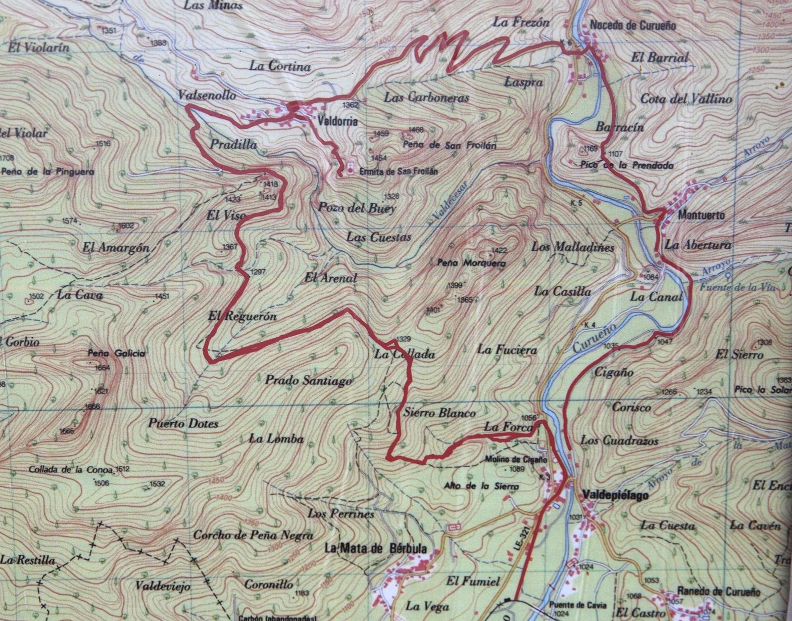 La ruta dibujada sobre un mapa topográfico en un panel informativo. Río Curueño. León. Castilla y León. España © Javier Prieto Gallego;