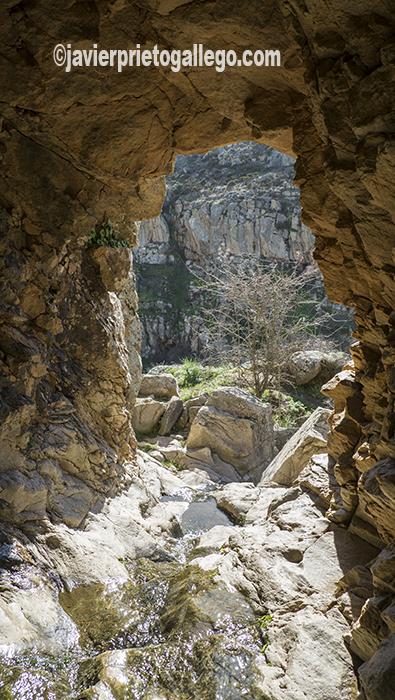 Túnel para acceder a la parte superior de las cascadas de Las Pilas. Almaraz de Duero. Zamora. Castilla y León. España. ©Javier Prieto Gallego