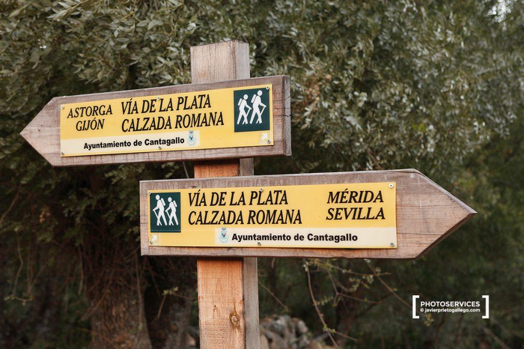 Señales de senderismo junto a la Vía de la Plata entre el puente de La Malena y La Calzada de Béjar. provincia de Salamanca. Castilla y León. España © Javier Prieto Gallego