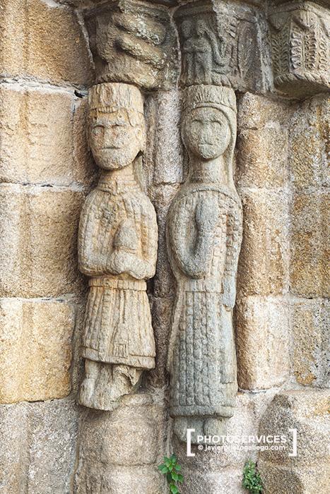 Figuras humanas representadas en los fustes de la portada románica de la iglesia de Nuestra Señora del Azogue. Puebla de Sanabria. Zamora. Castilla y León. España. © Javier Prieto Gallego